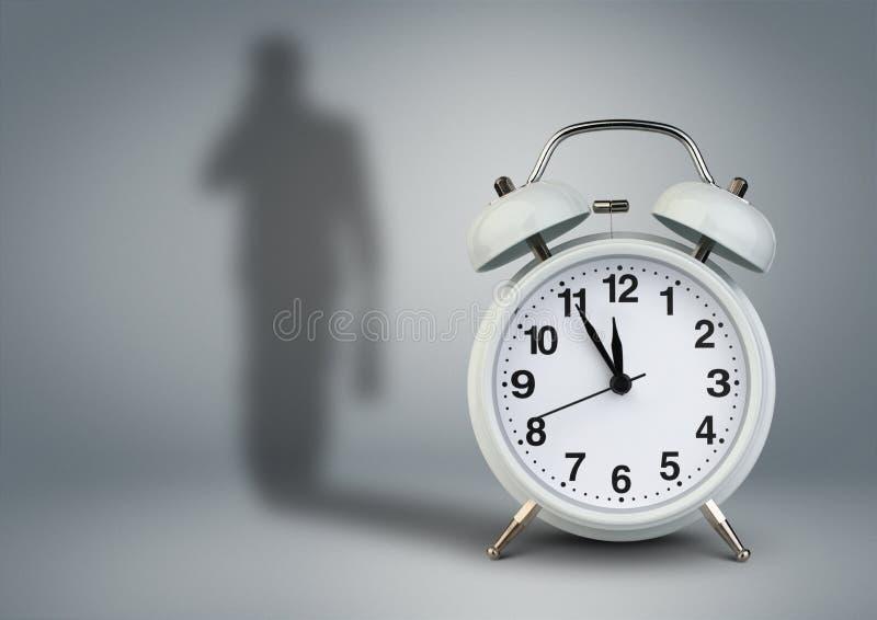 Klok met zakenmanschaduw, het concept van het tijdbeheer stock foto's