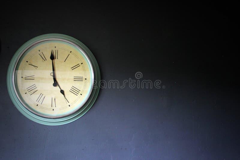 Klok op de muur stock fotografie