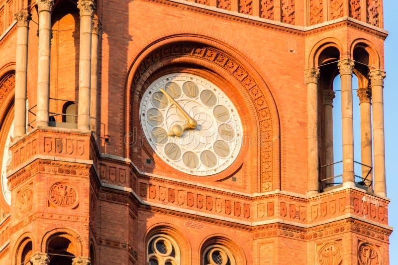 Klok op de Toren van het Rode Stadhuis van Rotes Rathaus van Berlijn stock foto's