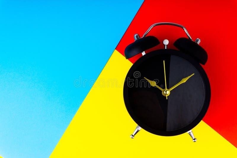 klok op kleurrijke achtergrond royalty-vrije illustratie