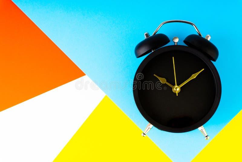 klok op kleurrijke achtergrond stock illustratie