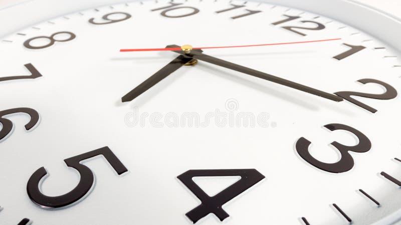 Klok of tijd abstracte achtergrond witte klok met rood en blac royalty-vrije stock afbeeldingen