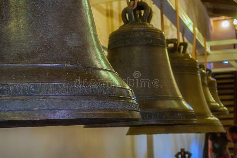 Klokken bij de tentoonstelling binnen de klokketoren van St Sophia Cathedral in Veliky Novgorod, Rusland stock fotografie