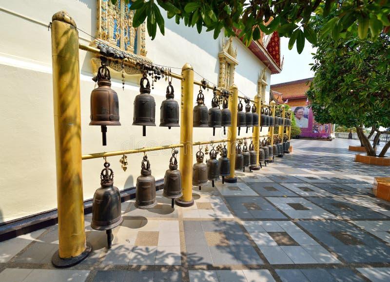 Klokken in Thaise tempel stock afbeeldingen