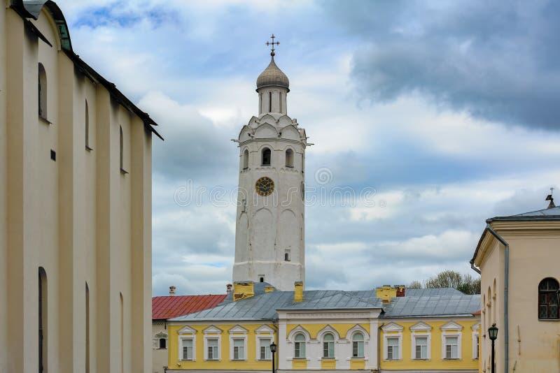Klokketoren bij het parkgrondgebied van het Kremlin in Veliky Novgorod, Rusland royalty-vrije stock fotografie