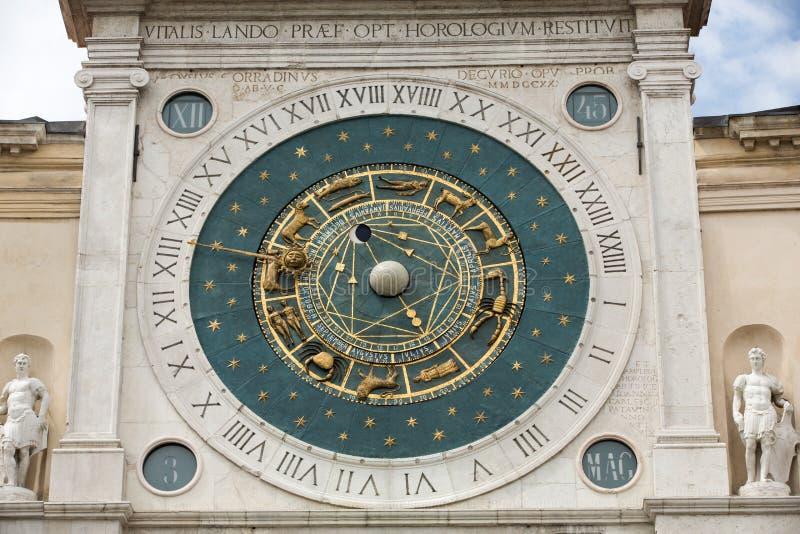 Klokketoren de bouw van middeleeuwse oorsprong die Piazza dei Signori in Padua overzien stock afbeeldingen