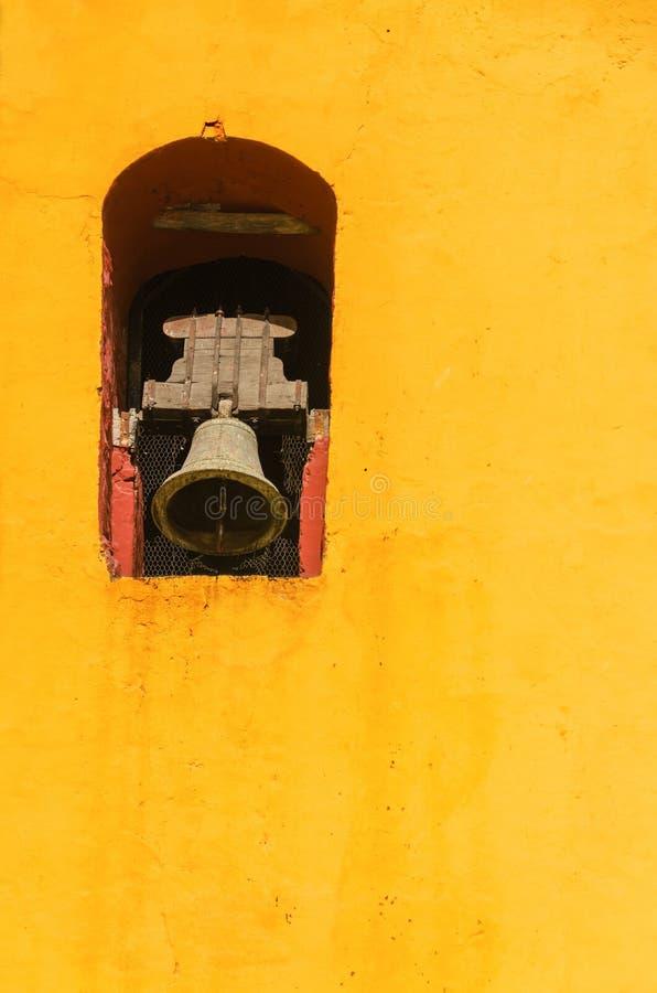 De gele Klokketoren van de Kerk stock afbeelding