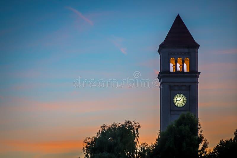 Klokketoren de van de binnenstad van Spokane in park bij zonsondergang stock foto's