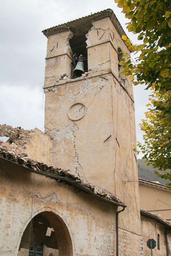 Klokketoren door aardbeving wordt vernietigd die royalty-vrije stock afbeelding