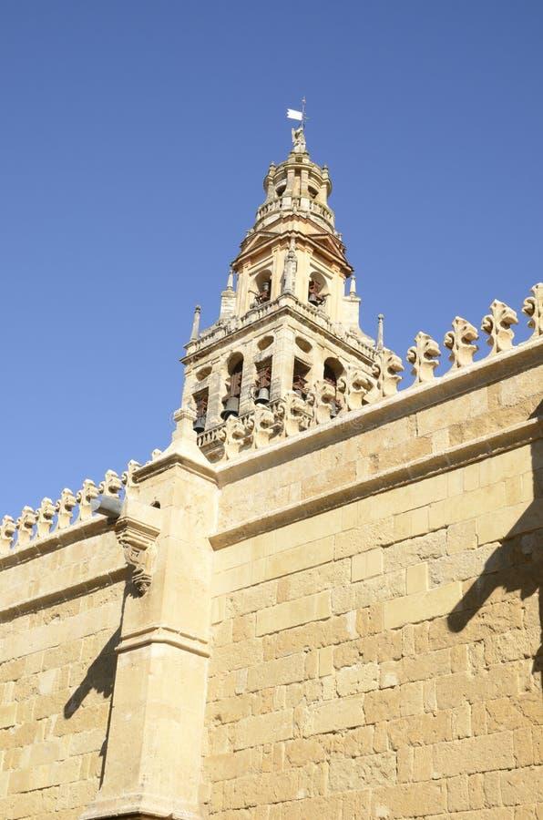 Klokketoren en buitenmuur van de moskee stock fotografie