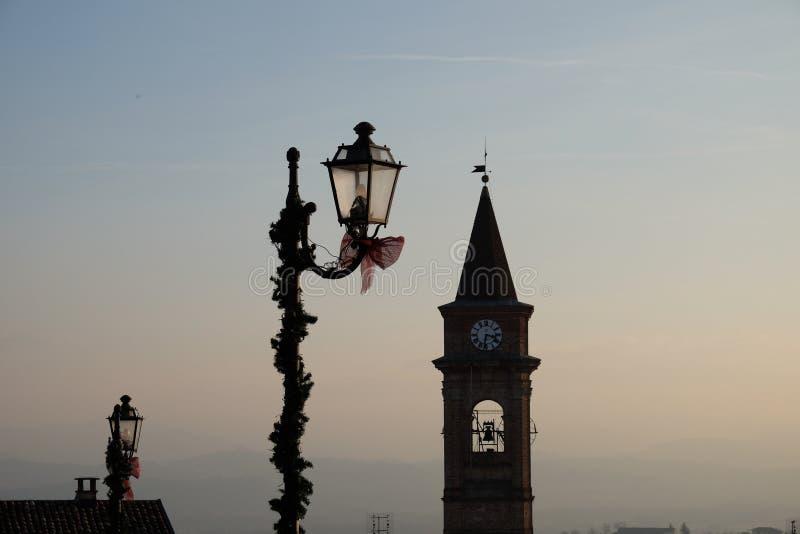 Klokketoren en lampposten royalty-vrije stock afbeelding