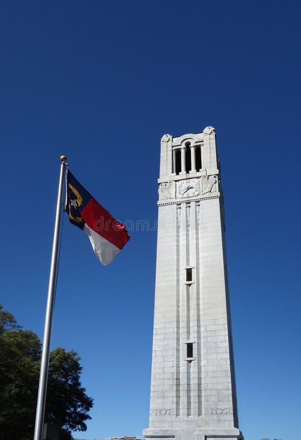 Klokketoren en vlag stock afbeelding