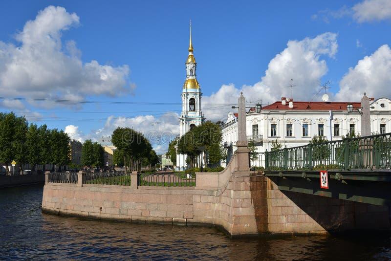 Klokketoren en Zeekathedraal van de brug van Sinterklaas en Krasnogvardeysky-over Griboedov-Kanaal royalty-vrije stock afbeelding