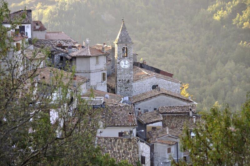 Klokketoren in het dorp stock foto