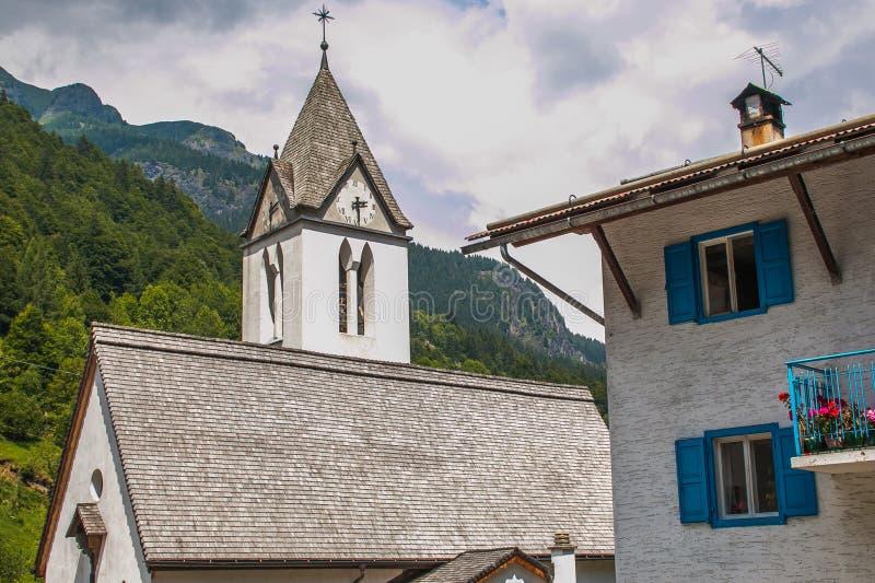 Klokketoren in het historische centrum van Sottoguda-dorp, Veneto, Italië stock afbeeldingen