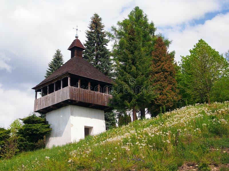 Klokketoren in Istebne-dorp, Slowakije stock foto's