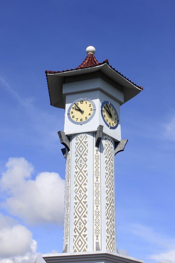 Klokketoren met blauwe hemel in Sabah, Maleisië stock afbeeldingen