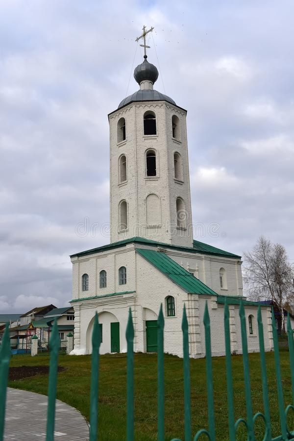 Klokketoren met de Chuvash Kerk van John Mild in Tsivilsk, stock afbeeldingen