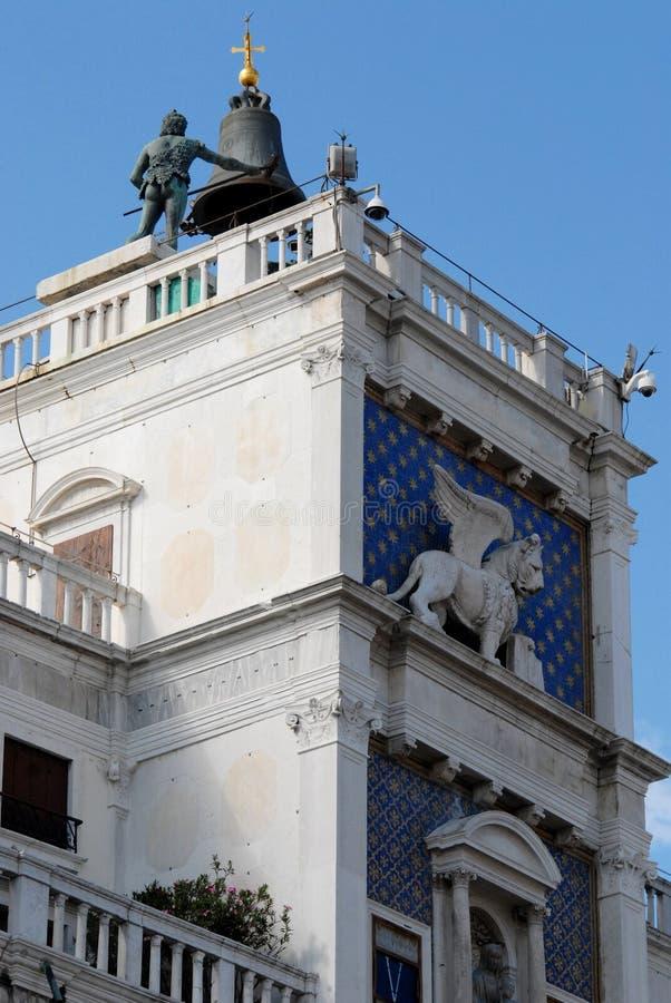Klokketoren met gevleugelde leeuw in Piazza San Marco in Venetië in Italië royalty-vrije stock foto's