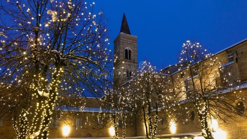 Klokketoren met sneeuw in het historische centrum van Urbino bij Kerstmistijd stock afbeeldingen