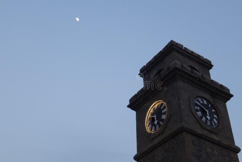 Klokketoren onder de maan royalty-vrije stock afbeelding