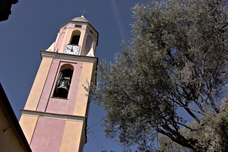 Klokketoren onder olijfbomen Een kerk in Cinque Terre in een olijfgaard wordt ondergedompeld die royalty-vrije stock foto