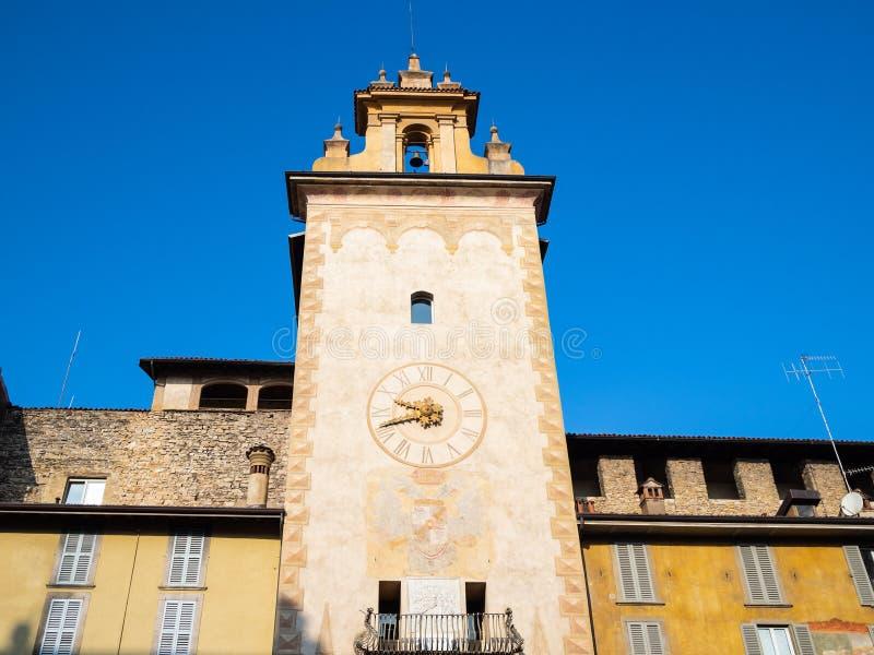 klokketoren op Piazza della Cittadella in Bergamo stock afbeelding