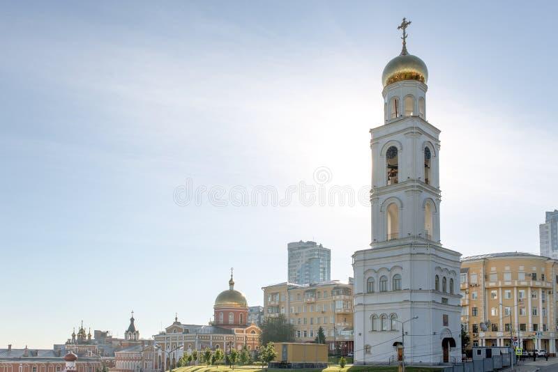 Klokketoren tegen de blauwe hemel Russische Orthodoxe kerk Het klooster van Iversky in Samara, Rusland royalty-vrije stock fotografie