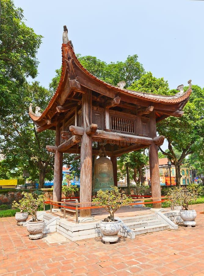Klokketoren in Tempel van Literatuur (circa 1070). Hanoi, Vietnam stock foto