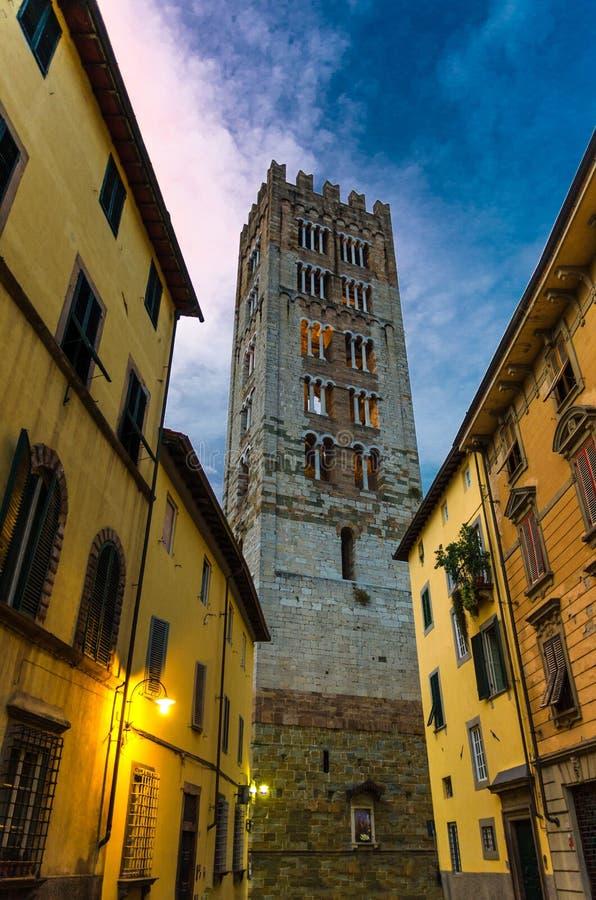 Klokketoren van Chiesa Di San Frediano katholieke kerkmening door smalle straat met lamplicht in historisch centrum van oude medi royalty-vrije stock afbeeldingen