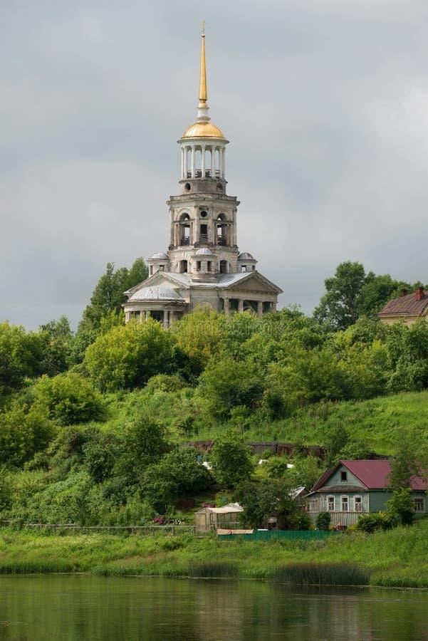 Klokketoren van de Borisoglebskii-middag van de wolkenjuli van de kloosterclose-up Torzhok, Rusland royalty-vrije stock afbeelding