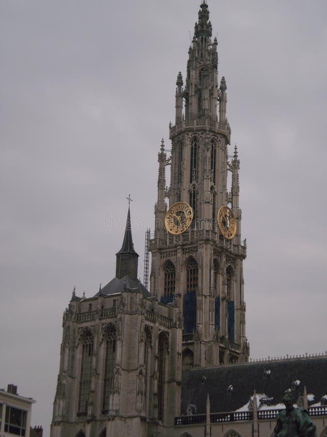 Klokketoren van de Kathedraaltoren op een sneeuwdag in het dorp in Antwerpen 23 maart, 2013 Antwerpen, Belgi? Vakantieaard royalty-vrije stock afbeeldingen