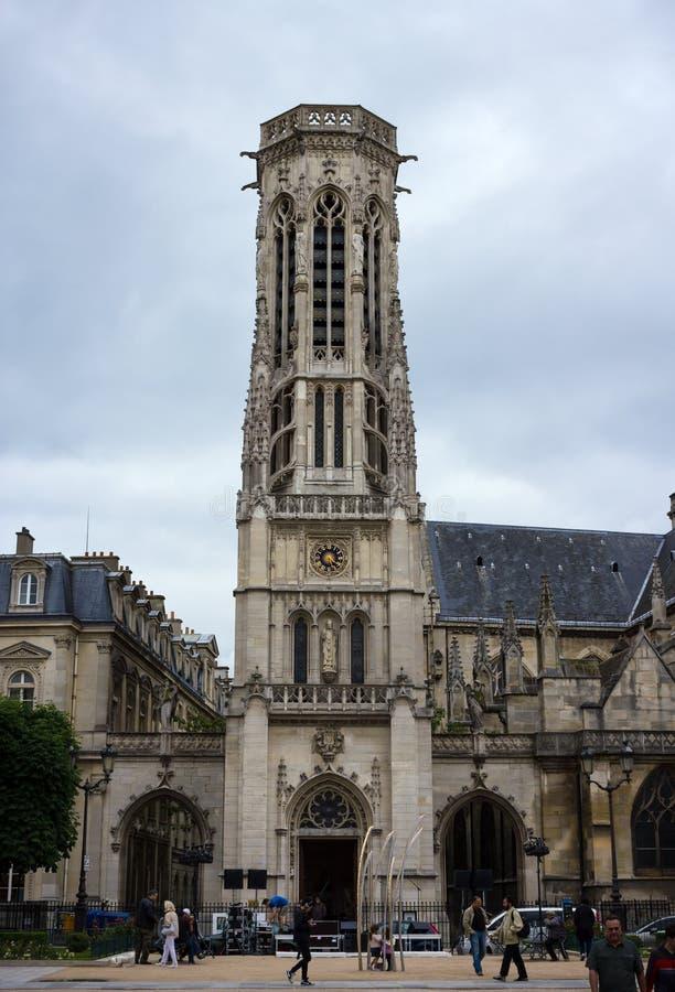 Klokketoren van de kerk Heilige Germain l 'Auxerrois in Parijs, Frankrijk, 25 Juni, 2013 stock afbeelding