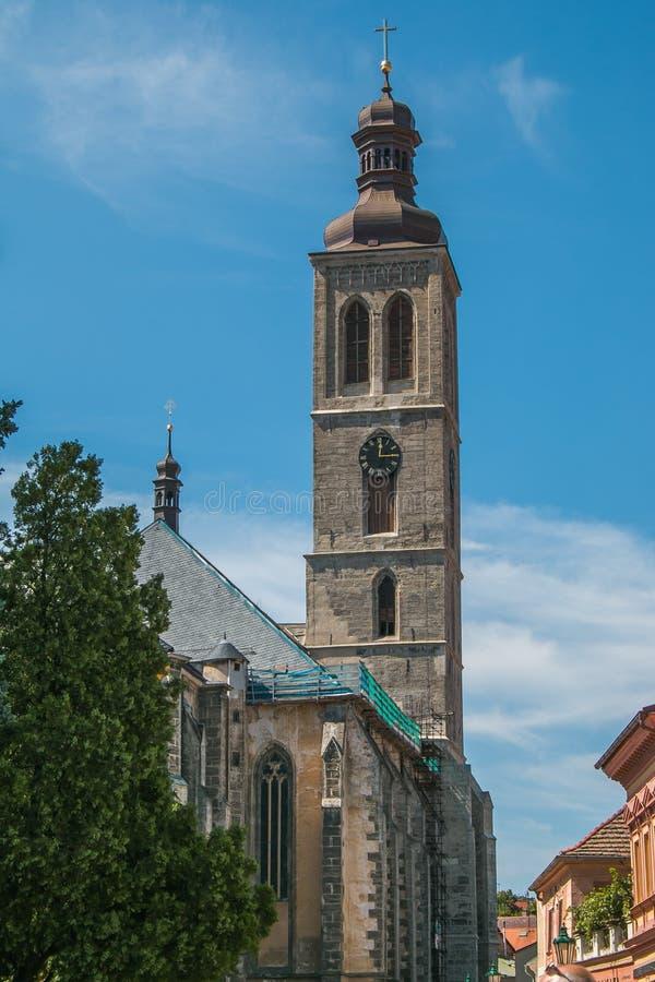 Klokketoren van de kerk van Heilige James in het centrum van Kutna Hora stock foto