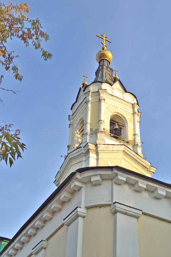 Klokketoren van de oude kerk in Oktober royalty-vrije stock fotografie