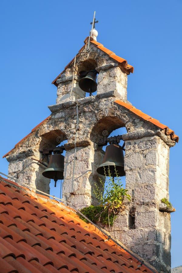 Klokketoren van de Servische Orthodoxe Kerk stock fotografie