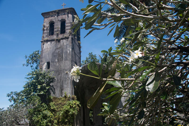 klokketoren van Duitse kerkruïne in Kolonia Pohnpei royalty-vrije stock foto's