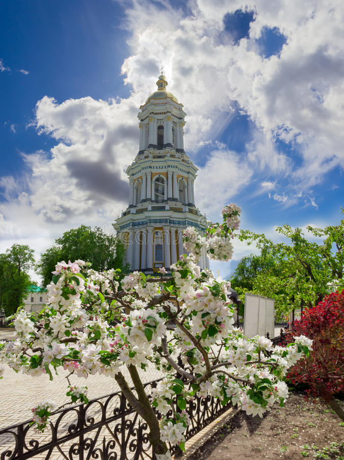 Klokketoren van het Orthodoxe klooster en de bloeiende appelboom royalty-vrije stock afbeelding