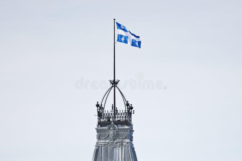 Klokketoren van het Parlementsgebouw van Quebec in de stad van de winterquebec royalty-vrije stock foto