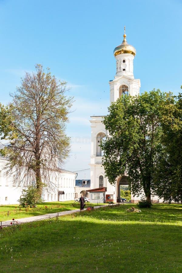Klokketoren van het Russische orthodoxe Yuriev-Klooster in de zomer su royalty-vrije stock afbeelding