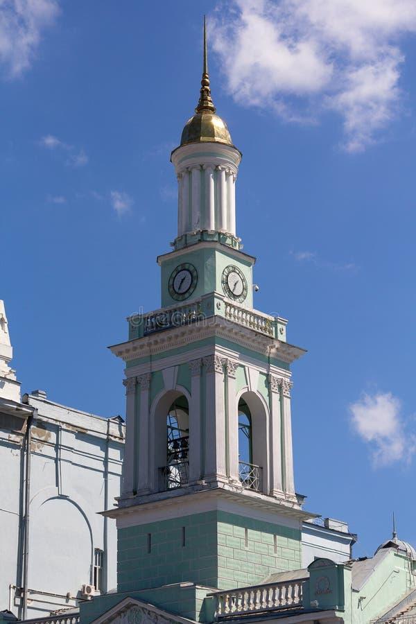 Klokketoren van het vroegere Griekse klooster op Kontraktova-vierkant kiev stock foto