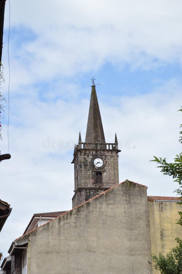 Klokketoren van Kerk van San Cristobal Located In The Center van de Villa op een Bewolkte Dag in Comillas 26 augustus, 2013 Comil royalty-vrije stock fotografie