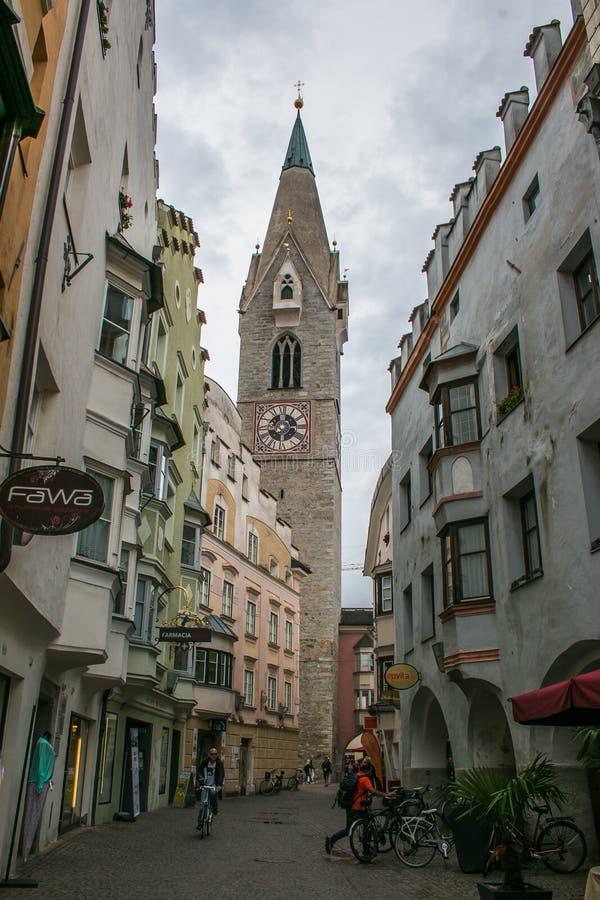 Klokketoren van kerk StMichael in Bressanone, Italië stock foto's