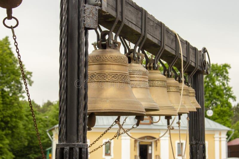 Klokketoren 6 van kerkklokken kleine klokken op een houten dwarsbalk Klok die Muzikale Instrumentenbel, Christian Utensils bellen royalty-vrije stock afbeelding