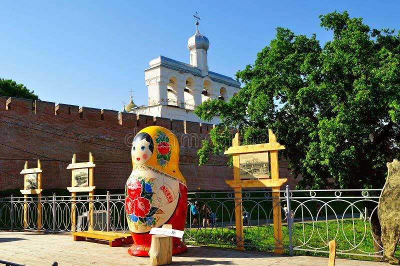 Klokketoren van St Sophia kathedraal met grote Russische poppenmatrioshka op de voorgrond in Veliky Novgorod, Rusland stock foto