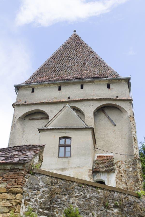 Klokketoren van versterkte kerk van Cincsor stock afbeeldingen