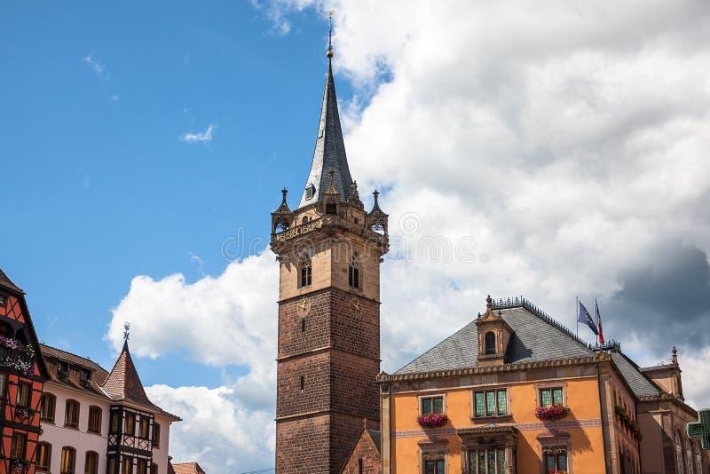Klokketorentoren (Kapellturm) in Obernai-stadscentrum alsace stock foto's
