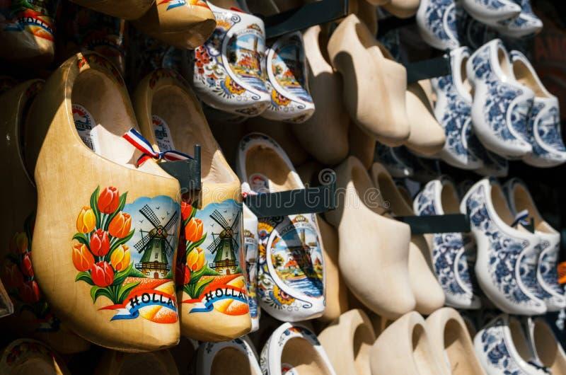 Klomp - entraves de Néerlandais faites de bois de peuplier, chaussures traditionnelles avec les peintures colorées image libre de droits