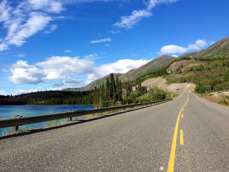 Klondike huvudväg längs Emerald Lake, Yukon, Kanada arkivfoto
