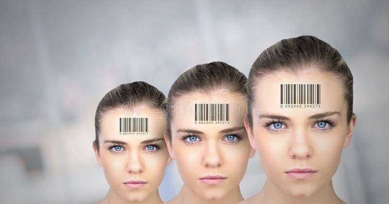 Klonfrauen in der Reihe mit Barcodes stockfoto